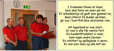 Gruppe fra Drammen leser dikt etter å ha mottatt prisen for beste enhet i 2009.