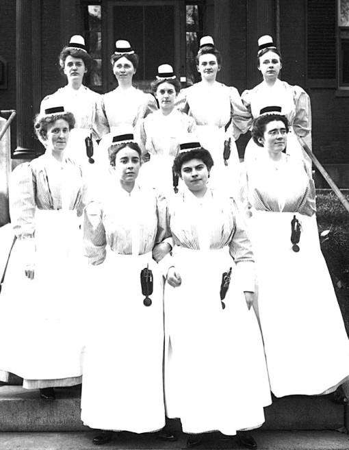 Før og nå: Det er ikke bare arbeidsantrekket for helsearbeidere som har endret seg de siste hundre år; lederrollen er siden den gang også tydeliggjort.